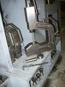 Одна из шести скоб держателей пары пуансон-матрица