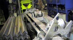 Выходной рольганг с механизированным выбросом уголка на две стороны